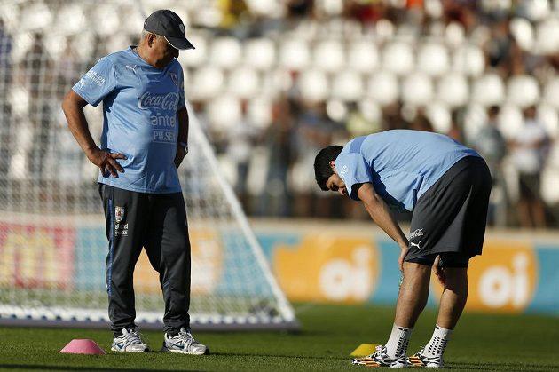 Kondiční trenér uruguayské reprezentace Walter Ferreira dohlíží na svého hvězdného svěřence Luise Suáreze.