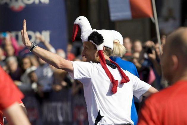 Běhání v převlecích není populární jen v Londýně. I Praha má své netradiční běžce. Netradiční hnízdo.