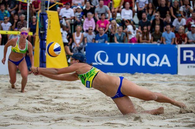 Mistrovství ČR v plážovém volejbalu - finále žen, 30. srpna 2020 v Opavě. Zleva Marie Sára Štochlová a Martina Maixnerová.