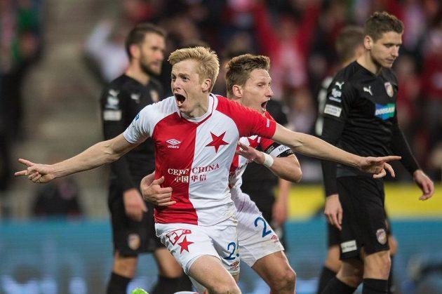 Michal Frydrych a Milan Škoda ze Slavie oslavují gól proti Plzni.