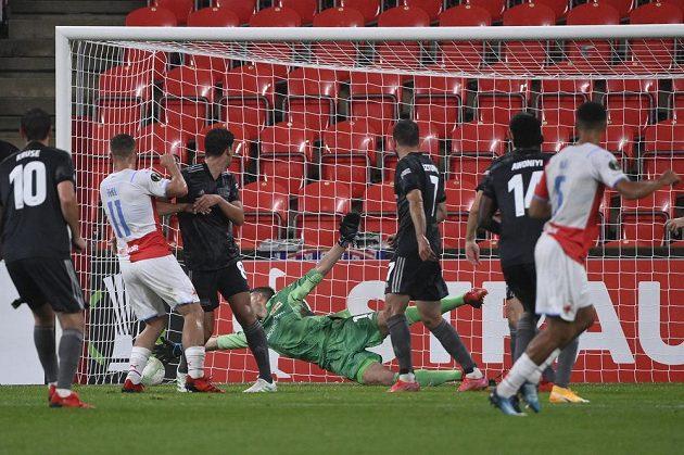 Alexander Bah ze Slavie (vpravo) střílí gól.