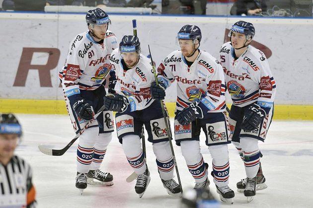 Z gólu se radují vítkovičtí hráči (zleva) Tomáš Černý, autor branky Šimon Stránský, Lukáš Kucsera a Patrik Zdráhal.