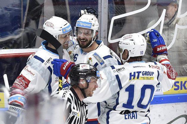 Hokejisté Brna (zleva) Tomáš Plekanec, Martin Zaťovič a Martin Erat se radují z gólu.