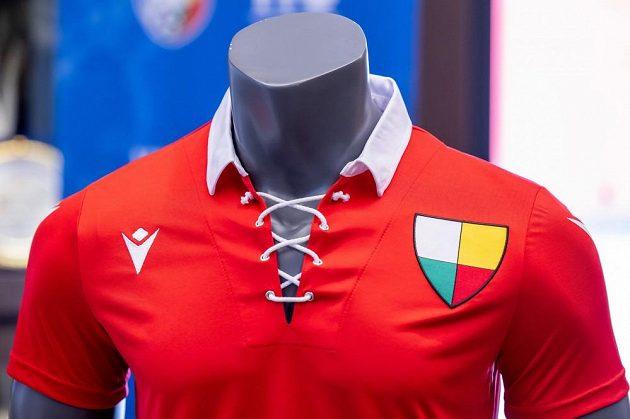 Retro dres, ve kterém fotbalová Viktoria Plzeň odehraje zápas s Českými Budějovicemi.