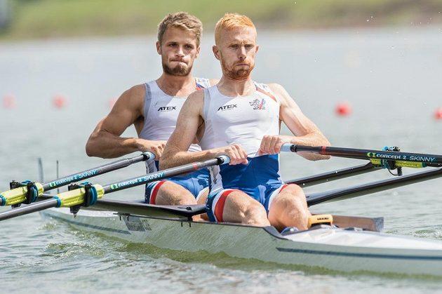Veslaři Miroslav Vraštil (vpravo) a Jiří Šimánek na startu rozjížďek v rámci Mistrovství Evropy 2017 ve veslování v Račicích.