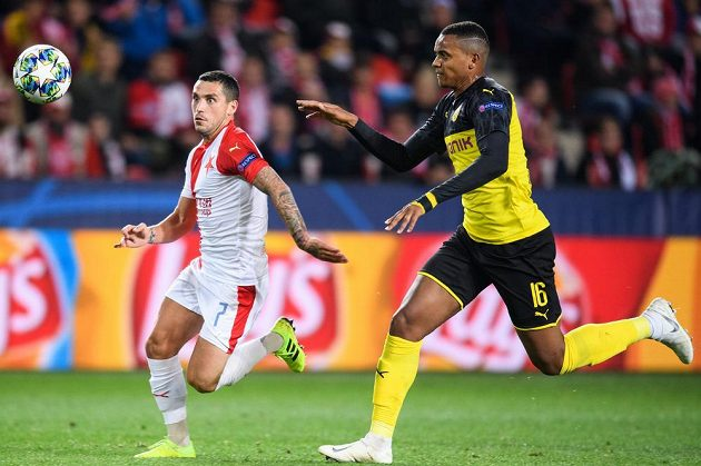 Nicolae Stanciu ze Slavie Praha a Manuel Akanji z Dortmundu během utkání základní skupiny Ligy mistrů.