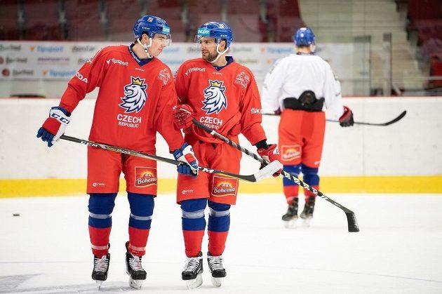 Filip Chytil (vlevo) a Robin Hanzl během tréninku hokejové reprezentace před přípravnými zápasy s Německem.