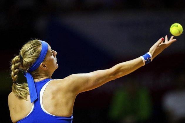 Petra Kvitová podává při utkání s Julií Görgesovou.
