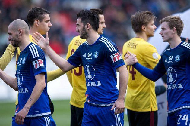 Fotbalisté Olomouce se zdraví s hráči Sparty před samotným začátkem utkání. Vpředu uprostřed je útočník Sigmy Aidin Mahmutovič.