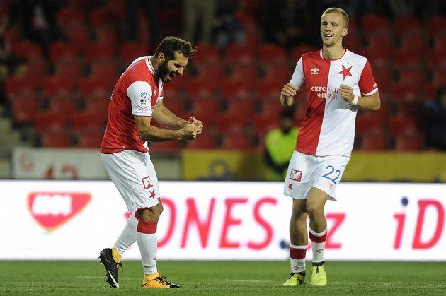 Halil Altintop (vlevo) ze Slavie se raduje z gólu na 1:1 v utkání 3. kola MOL Cupu, kdy do Edenu zavítal druholigový Třinec. Slavia nakonec pohárový duel zvládla.