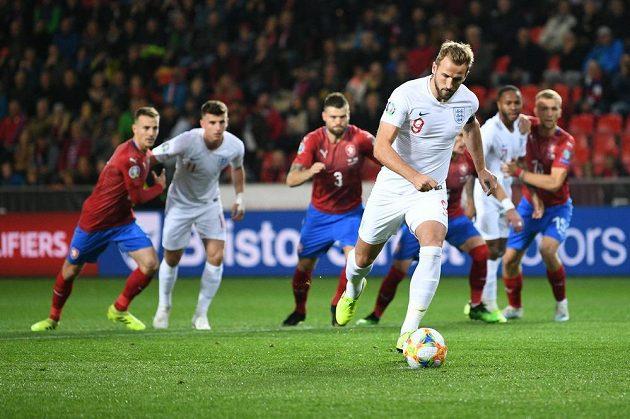 Anglický útočník Harry Kane se rozbíhá na penaltu v pražském Edenu, kde poslal svůj tým do vedení proti