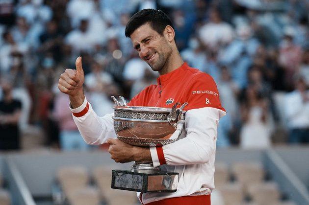 Antukový král Novak Djokovič s trofejí pro vítěze French Open. Srbský tenista vyhrál ve finále nad Řekem Tsitsipasem.