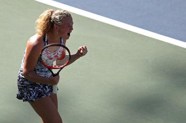Česká tenistka Kateřina Siniaková se raduje z vítězství nad Kanaďankou Eugenií Bouchradovou.