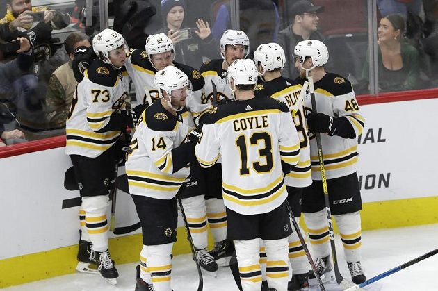 Hokejisté Bostonu se radují z rozhodující branky utkání
