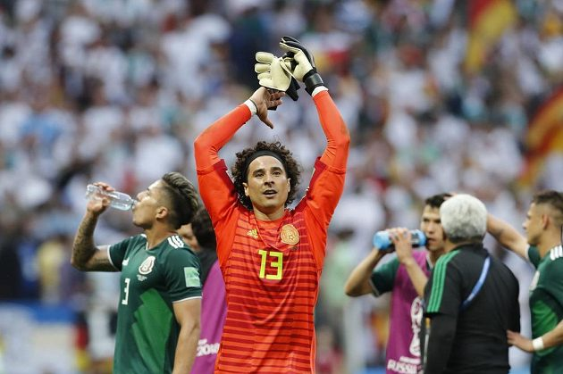 Mexický brankář Guillermo Ochoa si vychutnává ovace fanoušků poté, co jeho tým na MS vyhrál nad Německem.
