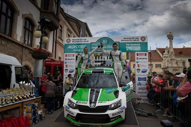Jan Kopecký s navigátorem Pavlem Dreslerem (vlevo) slaví vítězství se Škodou Fabia R5 v Rallye Hustopeče, závodě českého šampionátu.