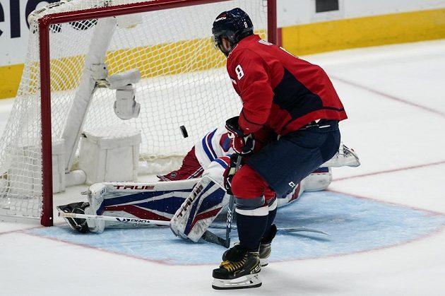 Tradiční obrázek posledních let v NHL. Ruský útočník Washingtonu Alex Ovečkin střílí gól. V historické tabulce střelců NHL se posunul na páté místo.