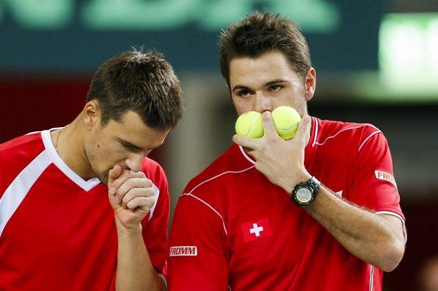 Švýcarští tenisté Marco Chiudinelli (vlevo) a Stanislas Wawrinka se radí během utkání s českým deblovým párem Berdych, Rosol.