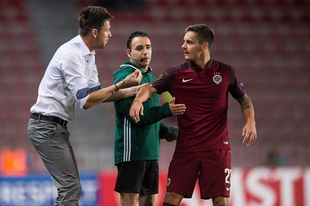 Trenér Sparty Praha David Holoubek a Daniel Holzer během utkání s Interem Milán.