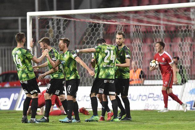 Hráči Plzně se radují z druhého gólu v Brně.