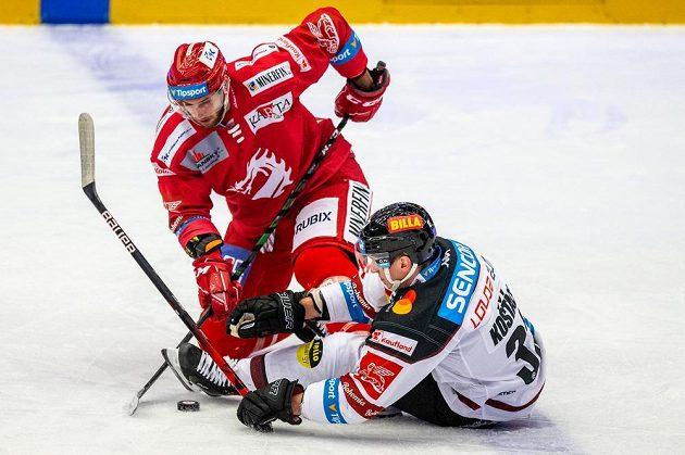 Zleva Daniel Kurovský z Třince a Jan Košťálek ze Sparty.