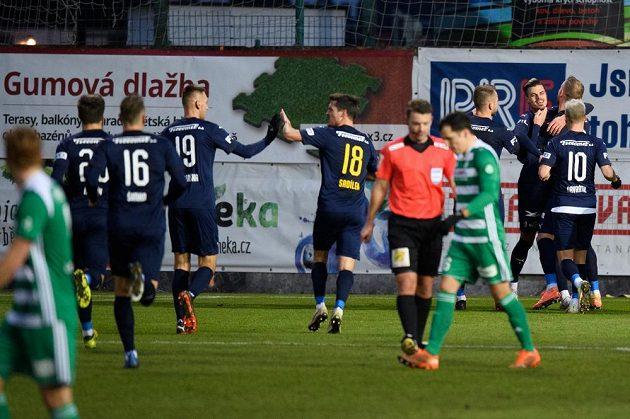 Jan Kliment ze Slovácka (třetí zprava) oslavuje se spoluhráč gól na 3:0