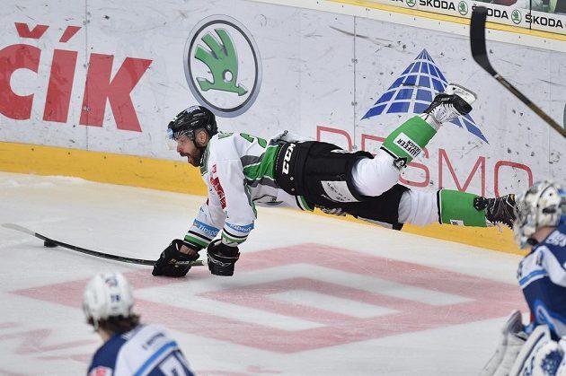 Letící Jakub Klepiš z Boleslavi v duelu s Plzní.