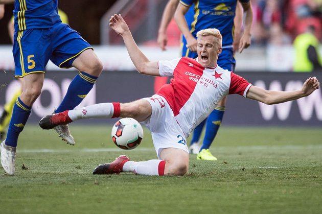 Faulovaný slávista Michal Frydrych během utkání s Borisovem.