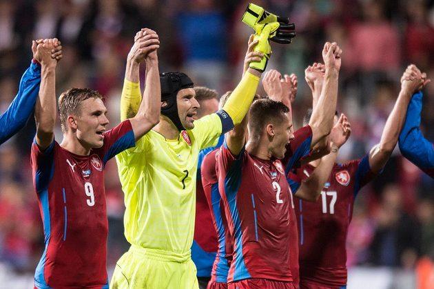 Čeští reprezentanti zleva Bořek Dočkal, Petr Čech a Pavel Kadeřábek po utkání s Kazachstánem.