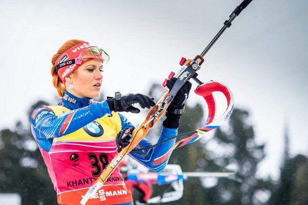 Gabriela Soukalová při střelbě ve sprintu při finále SP v Chanty-Mansijsku.