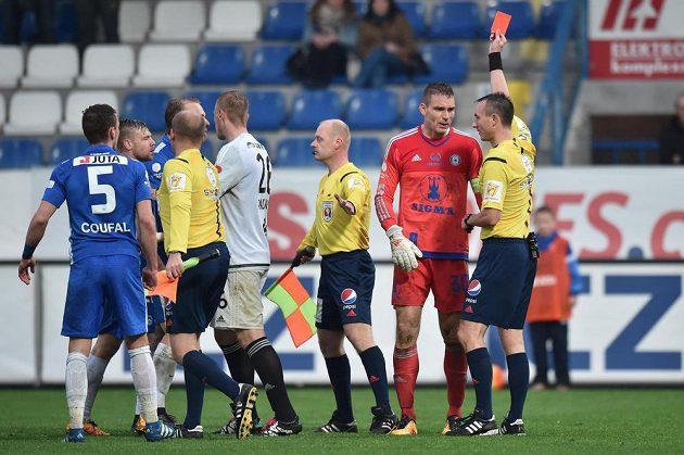 Olomoucký brankář Miloš Buchta (druhý zprava) vidí červenou kartu.