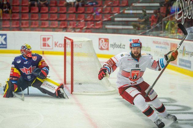Zleva brankář Českých Budějovic Marek Čiliak a Radovan Pavlík z Hradce Králové radující se z gólu.