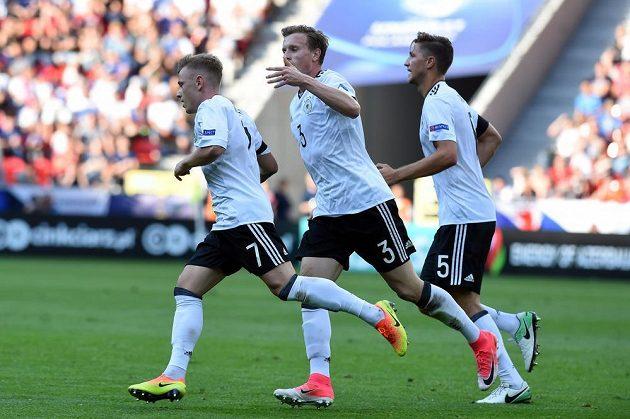Hráči Německa se radují ze vstřelené branky - zleva autor gólu Max Meyer, Yannick Gerhardt a Niklas Stark.