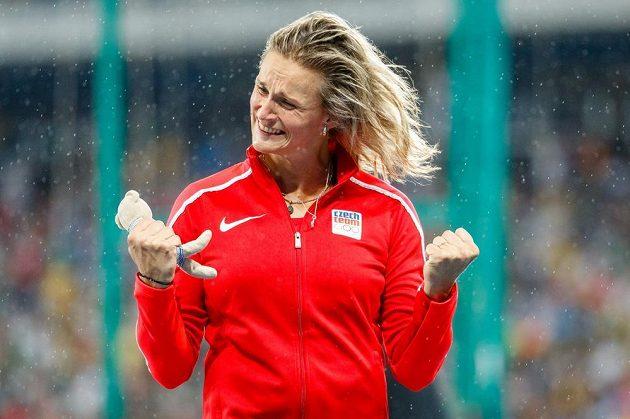 Barbora špotáková se raduje z bronzu.