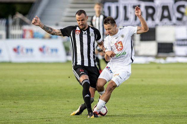Jiří Kladrubský z Budějovic a Otto Urma z Hradce Králové během utkání FNL.