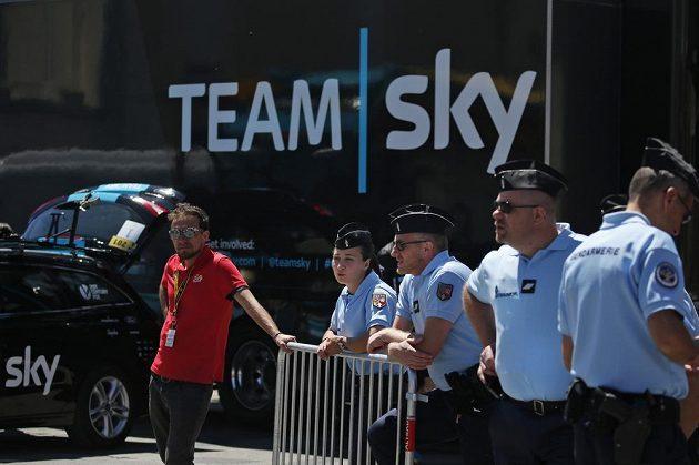 Policisté během časovky na Tour de France poblíž autobusu týmu Sky, za který jezdí lídr závodu Brit Chris Froome.
