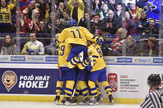 Švédové se radují z gólu v semifinále MS dvacítek v Ostravě.