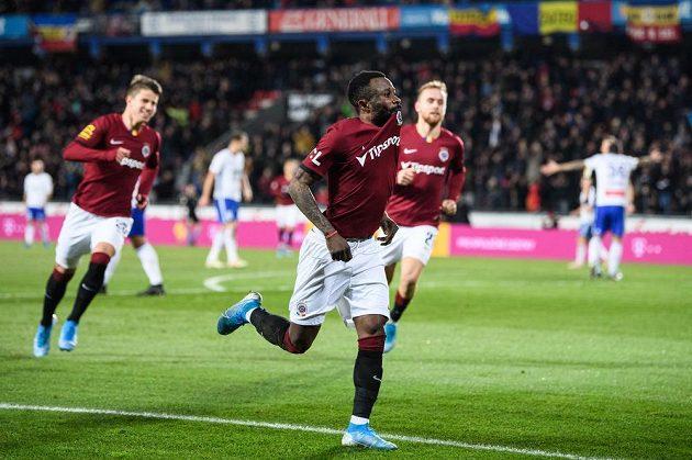 Guélor Kanga ze Sparty oslavuje gól na 3:2 proti Mladé Boleslavi.