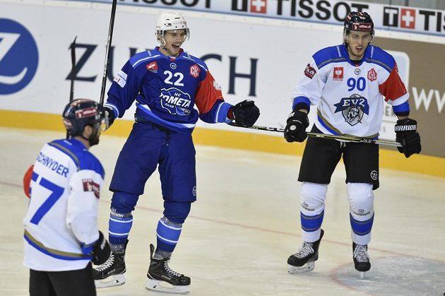 Jan Süss z Brna se raduje z gólu. Vlevo kapitán Zugu Fabian Schnyder, vpravo Tobias Fohrler ze Zugu v utkání osmifinále hokejové Ligy mistrů.