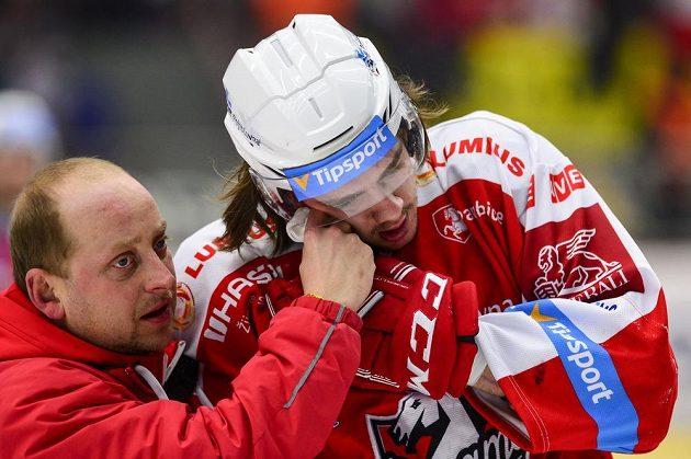 Zraněný Matěj Beran (vpravo) z Pardubic při utkání v Hradci.