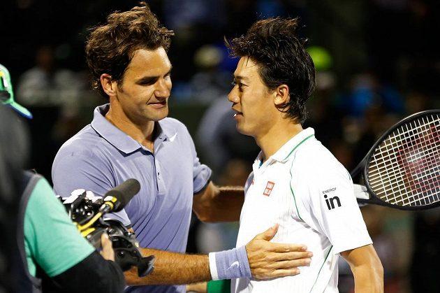 Japonský tenista Kei Nišikori (vpravo) a legendární Švýcar Roger Federer.