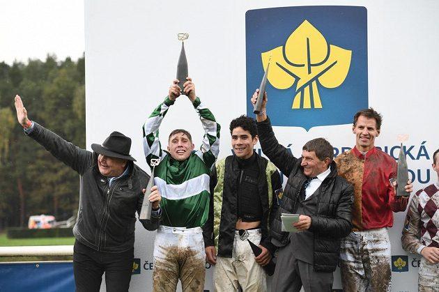 Žokej Jan Kratochvíl (druhý zleva) a trenér Josef Váňa oslavují vítězství ve Velké pardubické.