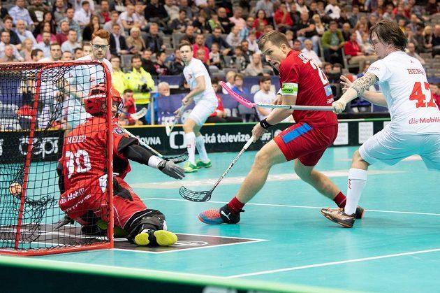Český útočník Matěj Jendrišák střílí gól na 4:3 během utkání se Švýcarskem v základní skupině MS.