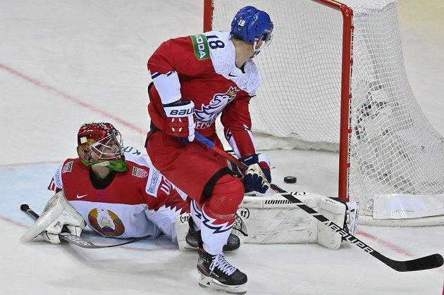 Dominik Kubalík dává v prodloužení rozhodující gól, běloruský brankářAlexej Kolosov se snažil marně.