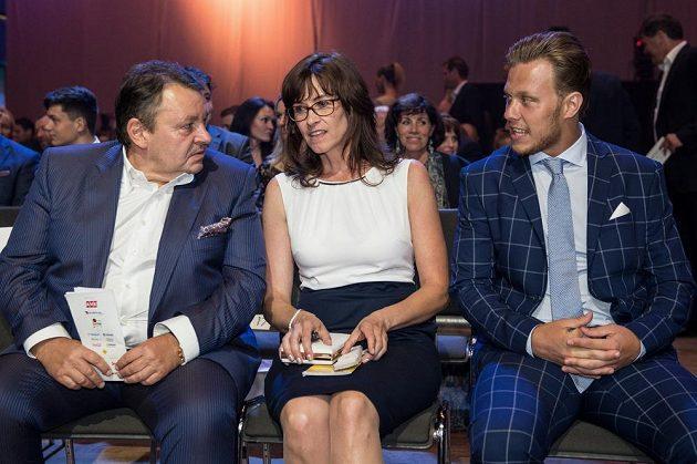 Hokejista David Pastrňák (vpravo) s maminkou a Tomáš Král během slavnostního vyhlášení ankety Zlatá hokejka 2017.