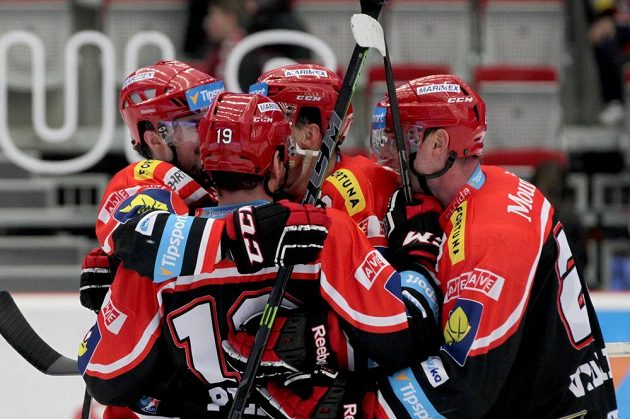 Radost královéhradeckých hokejistů z gólu na ledě Třince.