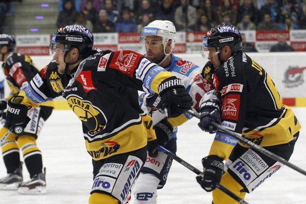 Litvínovští hráči Lukáš Válek a Ondřej Jurčík (vpravo) a chomutovský hráč Michal Vondrka (uprostřed).