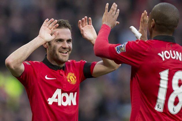 Juan Mata (vlevo) a Ashley Young se radují z gólu španělského záložníka v duelu s Norwichem City.