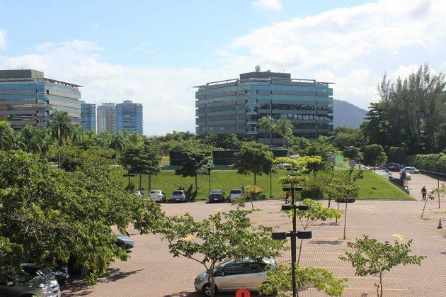 Pod zeleným pahorkem uprostřed moderních kancelářských budov ve čtvrti Barra bude během olympijských her Český olympijský dům.