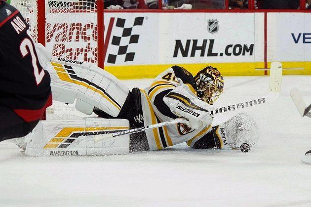 Brankář týmu Boston Bruins Tuukka Rask (40) kapituloval na ledě Carolina v utkání play off NHL jen jednou a Bruins slaví další výhru.